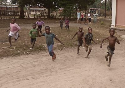 Bambini corrono a Kisanji